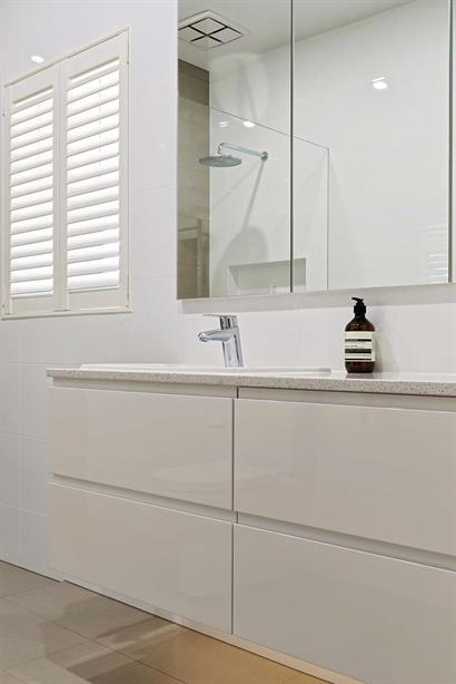Floating bathroom cabinets in white gloss with marble top
