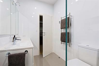 Small ensuite bathroom in white and neutrals