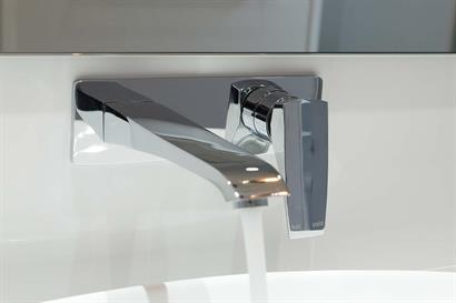 Wall-mounted tap and mixer set in chrome for free-standing bathroom basin