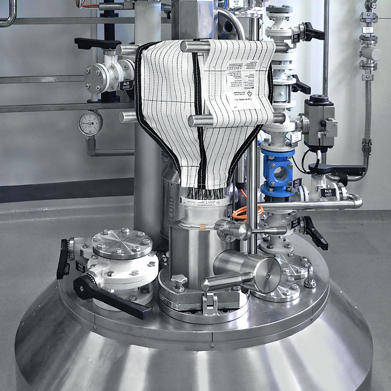 FIBC high containment system docked with APORT process valve