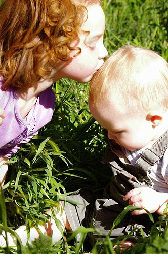 10 Tips to Foster a Sweet Sibling Relationship From the Start